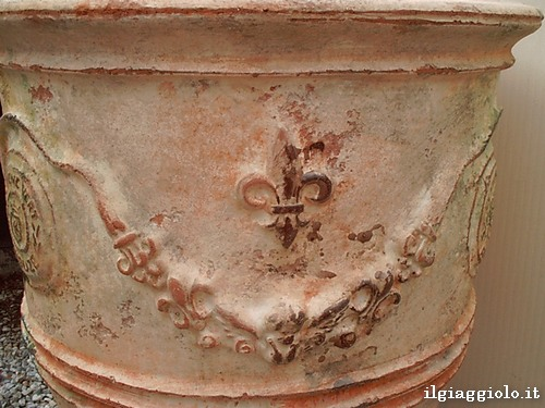 Vaso francese anticato in terracotta smaltata