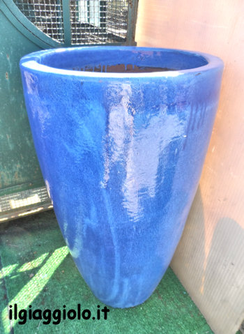 Vaso in terracotta smaltata blu.